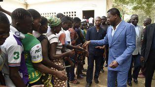 Le président togolais,Faure Gnassingbe, salue des électeurs dans un bureau de vote à Kara (nord du pays) le 22 février 2020. (PIUS UTOMI EKPEI / AFP)