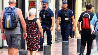 Des policiers patrouillent dans Perpignan (Pyrénées-Orientales), le 20 juin 2017. (CLEMENTZ MICHEL / MAXPPP)