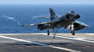 """Un avion se pose sur le porte-avions """"Charles-de-Gaulle"""" au large de Toulon (Var), le 15 janvier 2015. (ANNE-CHRISTINE POUJOULAT / AFP)"""