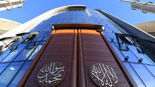Les portes de la mosquée centrale de Cologne, en Allemagne, lors de son inauguration en septembre 2018 en présence du président turc Reccep Tayyip Erdogan. (PATRIK STOLLARZ / AFP)