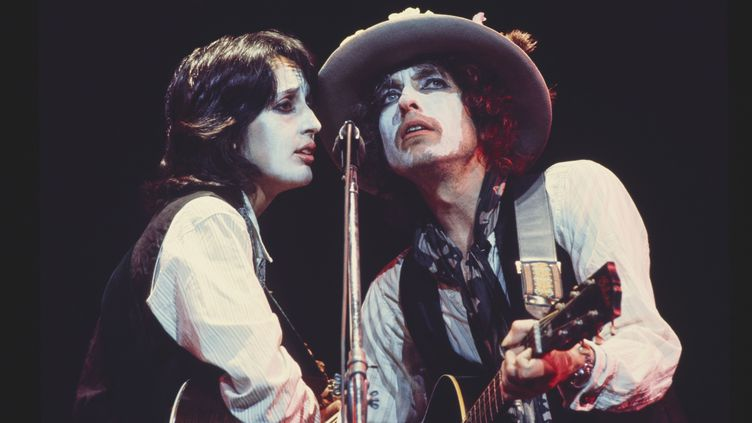 Joan Baez et Bob Dylan en 1975 sur la tournée Rolling Thunder Review, dans le film Rolling Thunder Review : a Bob Dylan Story by Martin Scorsese. (NETFLIX)