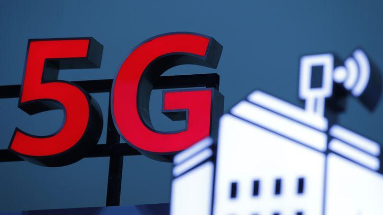 Le logo 5G pendant le 10e forum mondial sur le haut débit mobile à Zurich (Suisse). (STEFAN WERMUTH / AFP)