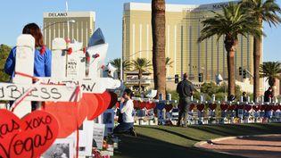 Une femme rend hommage aux victimes de la fusillade de Las Vegas (Nevada, Etats-Unis), le 6 octobre 2017. (ROBYN BECK / AFP)