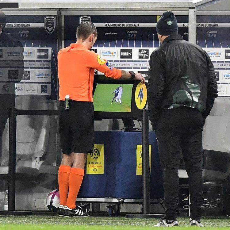 L'arbitre français Clément Turpin vérifie une action litigieuse grâce à la VAR lors de la rencontre de Ligue 1 Bordeaux-Saint-Etienne, le 5 décembre 2018, à Bordeaux. (NICOLAS TUCAT / AFP)