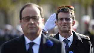 François Hollande et Manuel Valls participent à une cérémonie du 11-Novembre, sous l'Arc de Triomphe, à Paris, le 11 novembre 2015. (ERIC FEFERBERG / AFP)