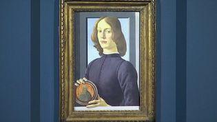 Le portrait d'un jeune homme tenant un médaillon attribué au peintre Sandro Botticelli pourrait atteindre le prix record de 80 millions de dollars, jeudi 28 janvier. (CAPTURE ECRAN FRANCE 2)