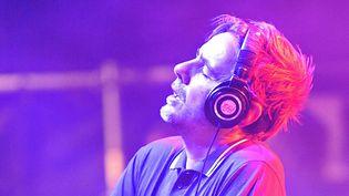 Laurent Garnier aux platines, à Sète au 10e Worldwide Festival de son ami Gilles Peterson, en juillet 2015.  (Vincent Damourette / Sipa)