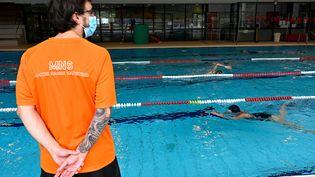Un maître-nageur surveille une piscine publique à Chartres-de-Bretagne (Ille-et-Vilaine), le 4 juin 2020. Photo d'illustration. (DAMIEN MEYER / AFP)