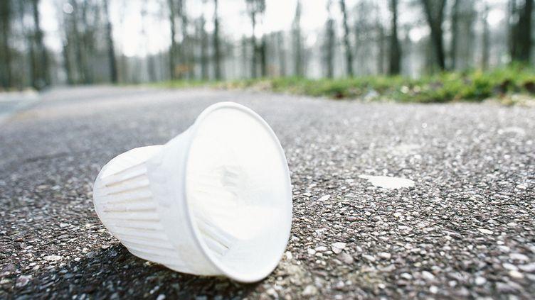 Un verre en plastique sur la route (illustration). (JAMES HARDY / MAXPPP)