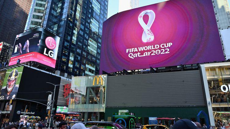 Panneaux publicitaires à Time Square (New York), affichant le logo de la Coupe du monde de football au Qatar en 2022. (ANGELA WEISS / AFP)