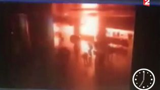 Capture d'écran des images de la vidéosurveillance de l'aéroport d'Istanbul (Turquie), où un attentat-suicide a été commis, mardi 29 juin 2016. (FRANCE 2)
