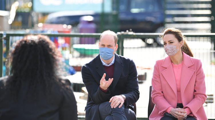 Le prince William et sa femme Kate discutent avec des enseignants et des professionnels de santé, le 11 mars 2021, dans une école de Londres (Royaume-Uni). (JUSTIN TALLIS / AFP)