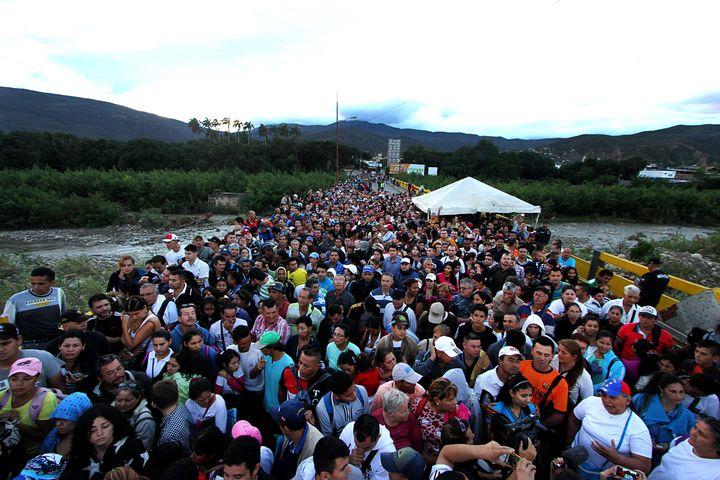 Afflux deVénézuéliensà la frontière avec la Colombie, à San Antonio del Tachira, le 17 juillet 2016. (GEORGE CASTELLANO / AFP)