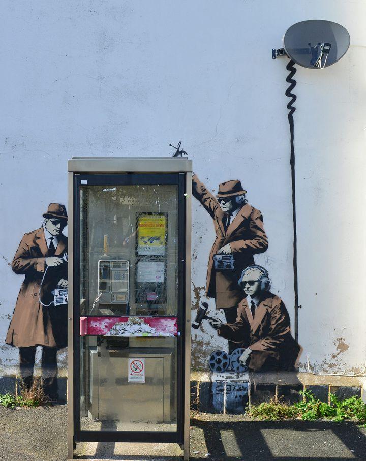 Les trois espions aux aguets de Banksy à Cheltenham.  (Jules Annan/Photoshot/MAXPPP )