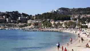 La plage de Porto Soller, sur l'île de Majorque, la plus grande de l'archipel des Baléares (Espagne), le 15 janvier 2014. (GODONG / BSIP / AFP)