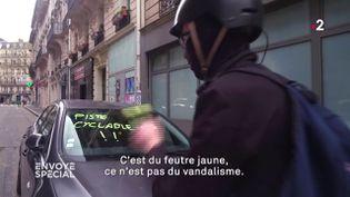 """""""Cinquante euros""""écrit sur le pare-brise d'un automobiliste indélicat. (CAPTURE D'ECRAN ENVOYÉ SPÉCIAL)"""