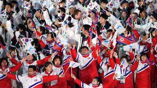 Des athlètes de Corée du Nord et de Corée du Sud défilent ensemble lors de la cérémonie de clôture des JO de Pyeongchang le 25 février 2018. (PHILIPPE MILLEREAU / DPPI MEDIA / AFP)