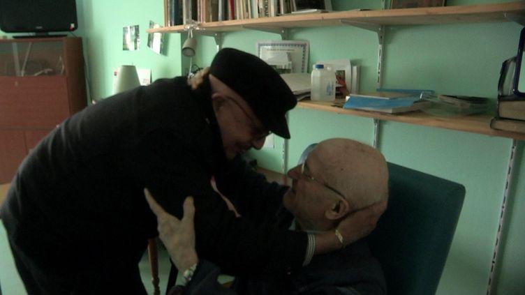"""Severino Diaz (à gauche) et le père Pierre (à droite) dans le documentaire""""Sous peine d'innocence"""" sorti le 1er mars 2017 (TPROP DISTRIBUTION)"""