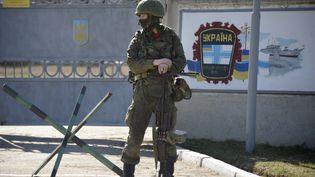 Le 3 mars 2014, un soldatdépourvu d'identification, mais probablement russes devant une caserne de soldats ukrainiens àPerevalne près de Simferopol (Ukraine) (ALEXANDER NEMENOV / AFP)