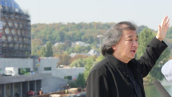 L'architecte japonais Shigeru Ban devant le bâtiment en construction de La Seine Musicale, le 21 septembre 2016.  (LCA/Culturebox)