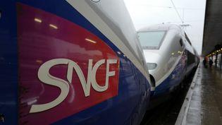 Le logo de la SNCF sur un TGV à la Gare de Lyon à Paris le 15 février 2018. (LUDOVIC MARIN / AFP)