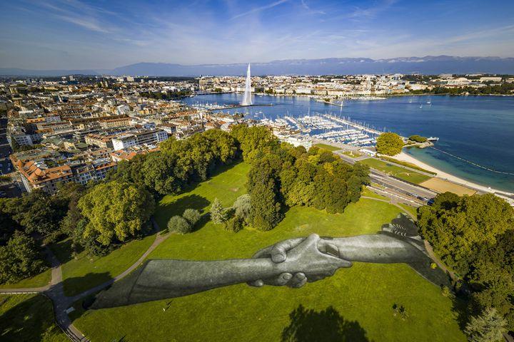 """Peinture au Parc des Bastions"""" à Genève en Suisse. 1000 m2, 75 mètres de long et 15 de large. (VALENTIN FLAURAUD/AP/SIPA / SIPA)"""