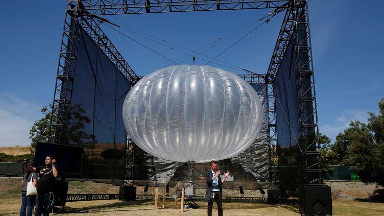"""Un ballon du projet""""Project Loon"""" de Google présenté à Moutain View (Californie), le 19 mai 2016. (STEPHEN LAM / REUTERS)"""