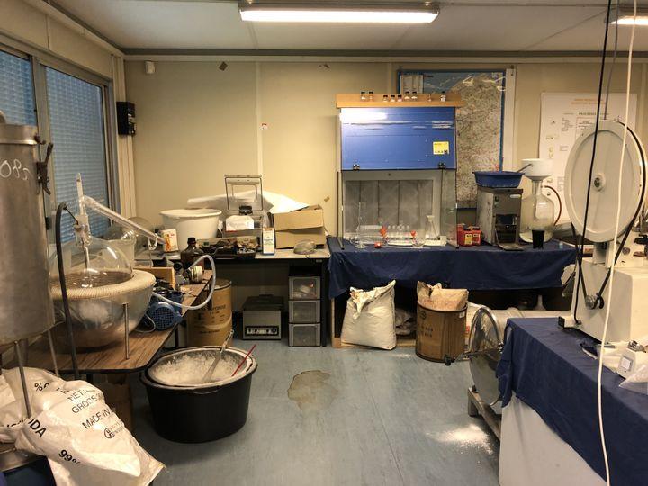 La police néerlandaise possède son propre laboratoire de drogue, qui contient des objets provenant de diverses saisies. Le laboratoire est utilisé pour former les policiers. (Benedikt Strunz/NDR)