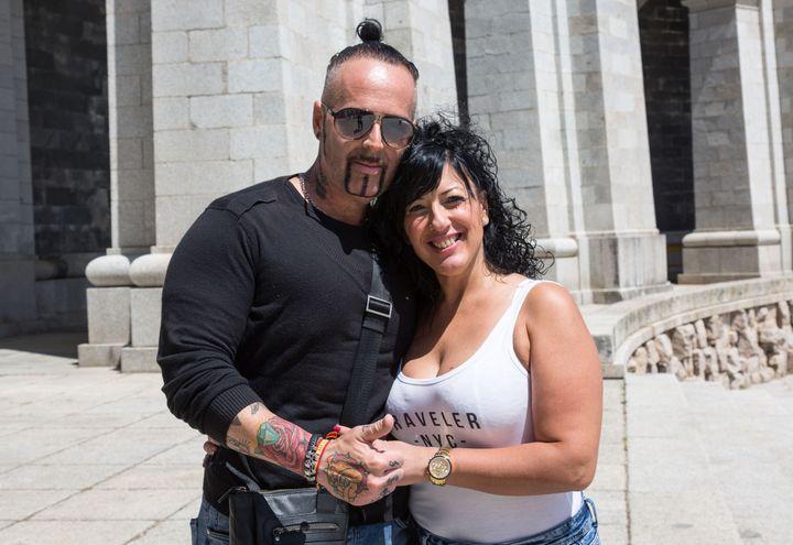 """Antonio et Isabel, sur l'esplanade du """"Valle de los Caídos"""", mercredi 5 juin 2019. (JULIETTE CAMPION / FRANCEINFO)"""