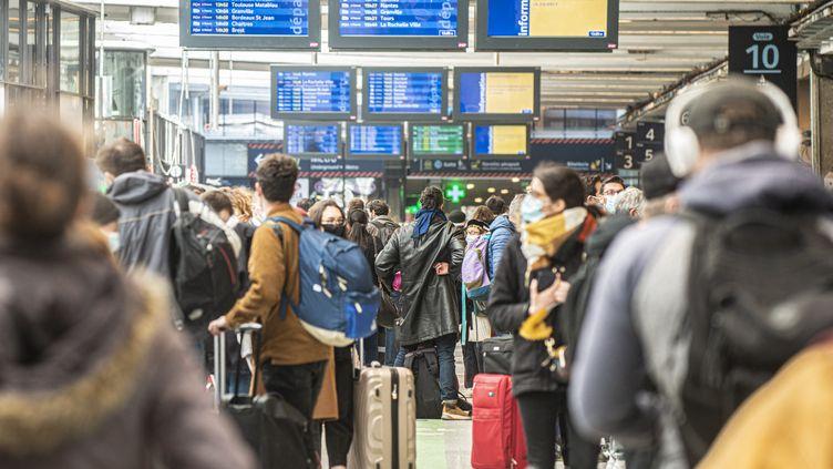 Des voyageurs en gare de Montparnasse, le 19 mars 2021 à Paris. (JOAO LUIZ BULCAO / HANS LUCAS / AFP)