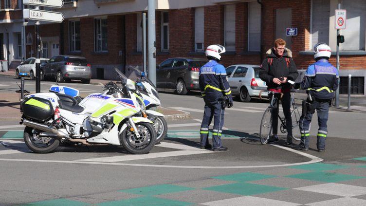 Une dizaine de policiers de Lille contrôlent, mercredi 18 mars, le respect des obligation de confinement pour prévenir le coronavirus.. Piétons, vélos et conducteurs de voitures doivent présenter l'attestation justifiant leur sortie extérieure. (FRANCOIS CORTADE / FRANCE-BLEU NORD)