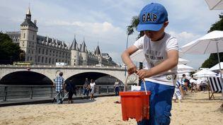 Un enfant joue à Paris Plages, le 19 juillet 2014. (BERTRAND GUAY / AFP)