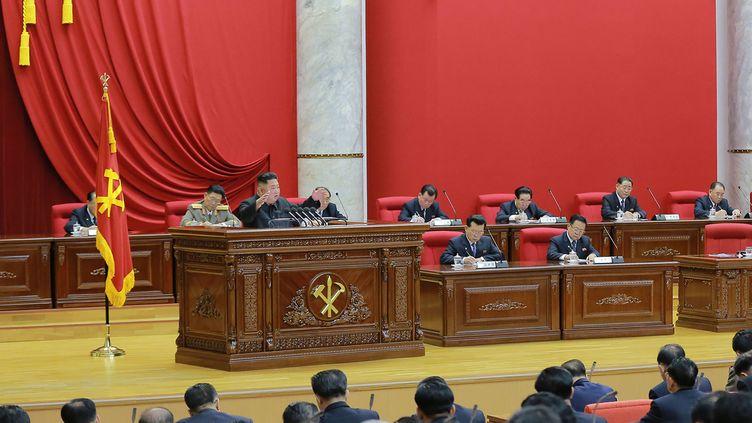 Kim Jong-un lors d'undiscours à la réunion plénière du 7e Comité central du Parti des travailleurs, à Pyongyang (Corée du Nord), le 28 décembre 2019. (AFP PHOTO / KCNA VIA KNS)