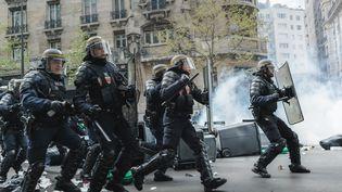 Des policiers lors de la manifestation du 28 avril 2016 à Paris, lors du défilé contre la loi Travail. (SIMON GUILLEMIN / HANS LUCAS / AFP)
