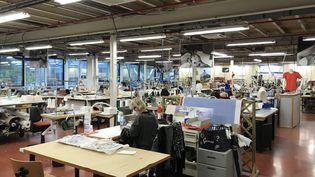 Les ateliers Salomon, le Prototype Centertransformé en atelier de fabrication de masques, Annecy, le 10 juin 2020. (JÉRÔME VAL / FRANCE-INFO)