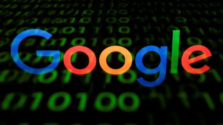Le logo de Google se reflète dans un écran, le 29 avril 2018 à Paris. (LIONEL BONAVENTURE / AFP)
