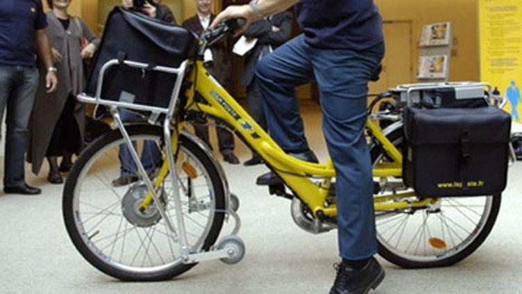 Le vélo électrique, le modèle dernier cri pour les facteurs... (AFP - STEPHANE DE SAKUTIN)