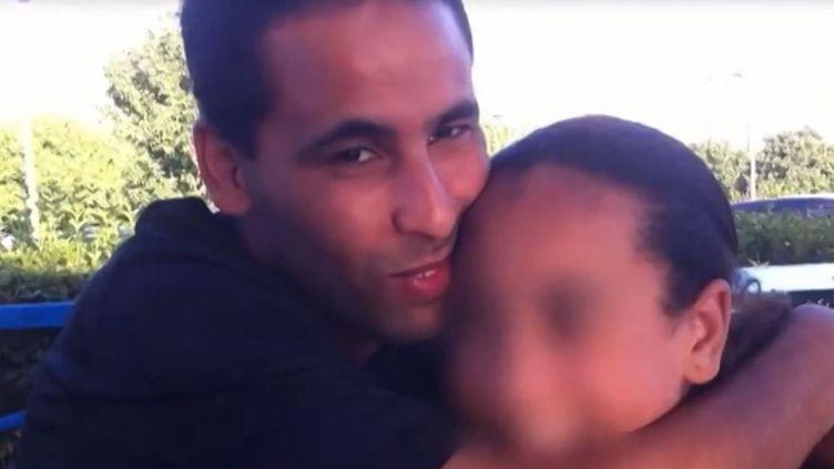 Fouad (à gauche) et sa petite soeur Nora,avant son départ pour la Syrie. (CAPTURE FRANCE 2 / FRANCETV INFO)