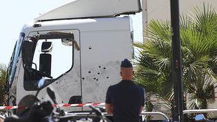 Le camion criblé de balles, vendredi 15 juillet 2016 à Nice (Alpes-Maritimes). (WILLIAM/SIPA / SIPA)