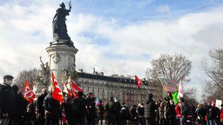 """Des manifestants contre la proposition de loi sur la """"sécurité globale"""" réunis sur la place de la République, à Paris, le 30 janvier 2021. (FLORENCE GALLEZ / SPUTNIK / AFP)"""