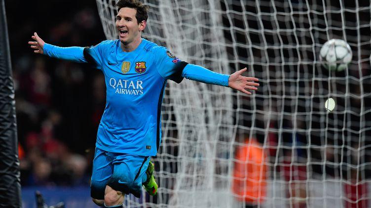 Lionel Messi célèbre un but marqué par le FC Barcelone face à Arsenal en 8e de finale aller de Ligue des champions à Londres le 23 février 2016. (JAVIER SORIANO / AFP)