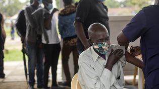 Un patient reçevant une dose de vaccin contre le Covid-19 à Nairobi (Kenya), le 12 avril 2021. (ROBERT BONET / NURPHOTO / AFP)
