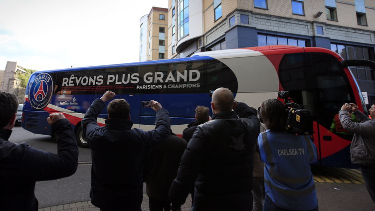 Le bus du Paris Saint-Germain arrive au stade de Stamford Bridge, à Londres, avant un match de Ligue des Champions contre Chelsea, le 8 avril 2014. (ADRIAN DENNIS / AFP)