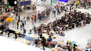 Des manifestants pro-démocratie occupent l'aéroport de Hong Kong le 11 août 2019. (MANAN VATSYAYANA / AFP)
