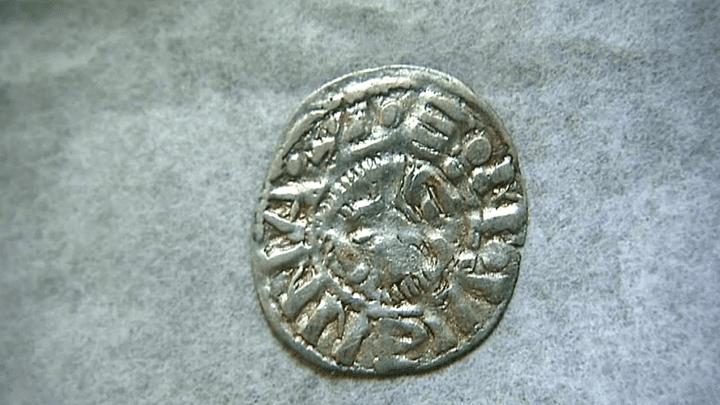 Monnaie d'or datant du Moyen Âge  (France 3 culturebox)
