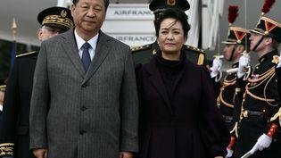 Xi Jinping et son épouse, Peng Liyuan, à leur arrivée sur le tarmac de Roissy-Charles-de-Gaulle, lundi 25 mars 2019. (PHILIPPE LOPEZ / AFP)