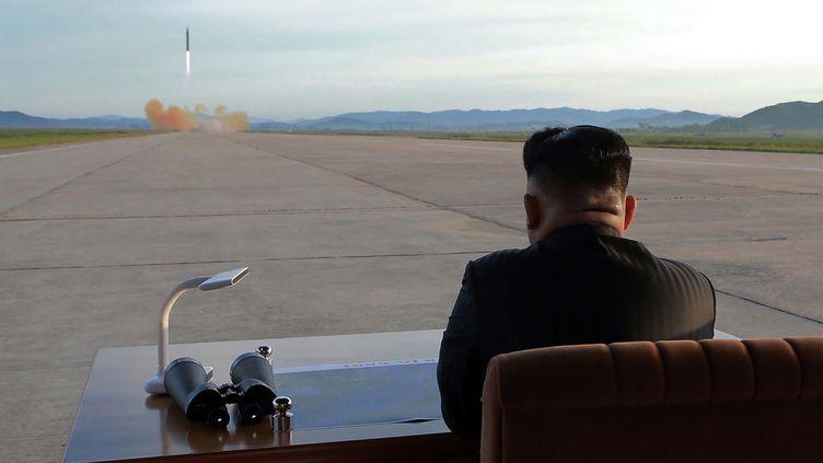 Le leader nord-coréen Kim Jong-un inspecte un tir de missile depuis la Corée du Nord, dans une photo de propagande diffusée le 16 septembre 2017 par lerégime de Pyongyang. (STR / KCNA VIA KNS / AFP)