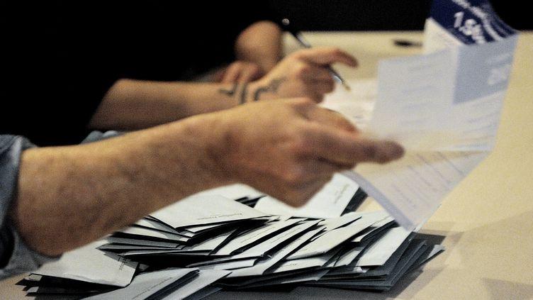 Des volontaires participent au dépouillement des bulletins de vote à Hénin-Beaumont (Pas-de-Calais), le 23 mars 2014. (DENIS CHARLET / AFP)