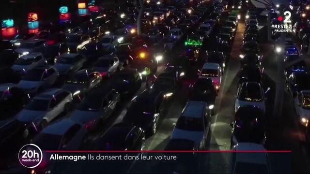 Allemagne : des fêtards dansent dans leur voiture sur le parking d'une boite de nuit