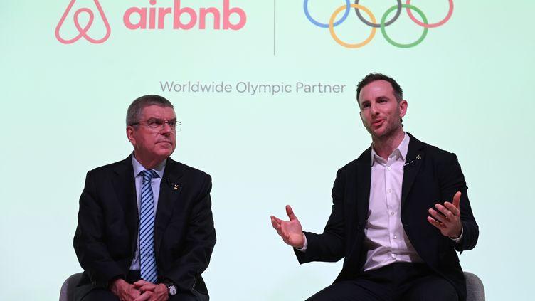 Le président du Comité international olympique, Thomas Bach (à gauche) et lecofondateur d'Airbnb, Joe Gebbia, à Londres, lors de la confirmation de leur partenariat, le 18 novembre 2019. (DANIEL LEAL-OLIVAS / AFP)